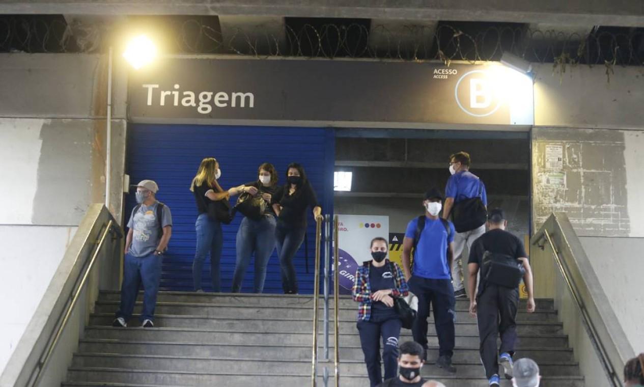 Passageiros aguardam normalização do serviço na estação Triagem do metrô Foto: Fabiano Rocha / Agência O Globo