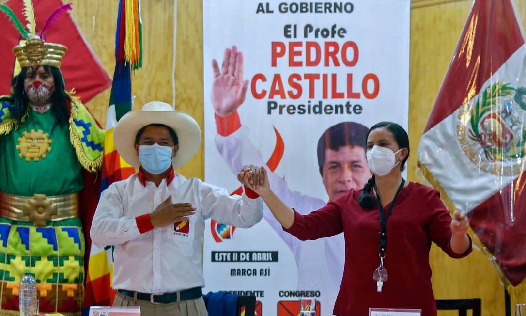 Pedro Castillo e Veronika Mendoza dão as mãos durante ato que firmou apoio do ex-candidata socialista ao professor que concorre à presidência do Peru no dia 6 de junho, quando será realziado o segundo turno as eleições Foto: GIAN MASKO / AFP