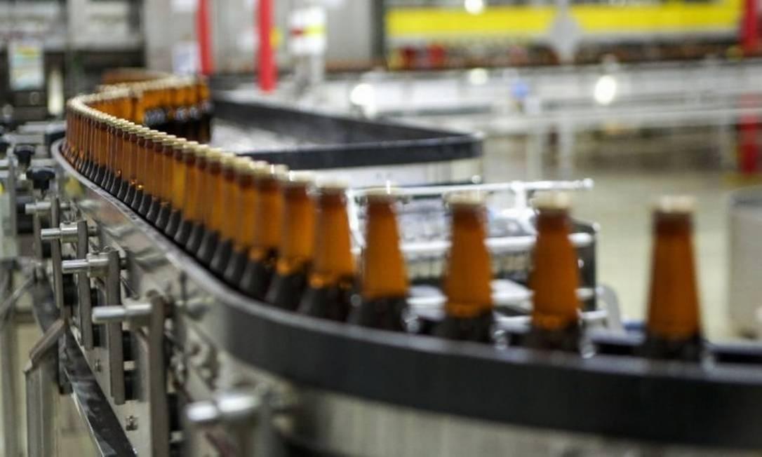 Fábrica da Ambev: empresa eleva preço da cerveja, e reajuste deve chegar a 10% para o consumidor Foto: Arquivo 31/03/2017 / Infoglobo