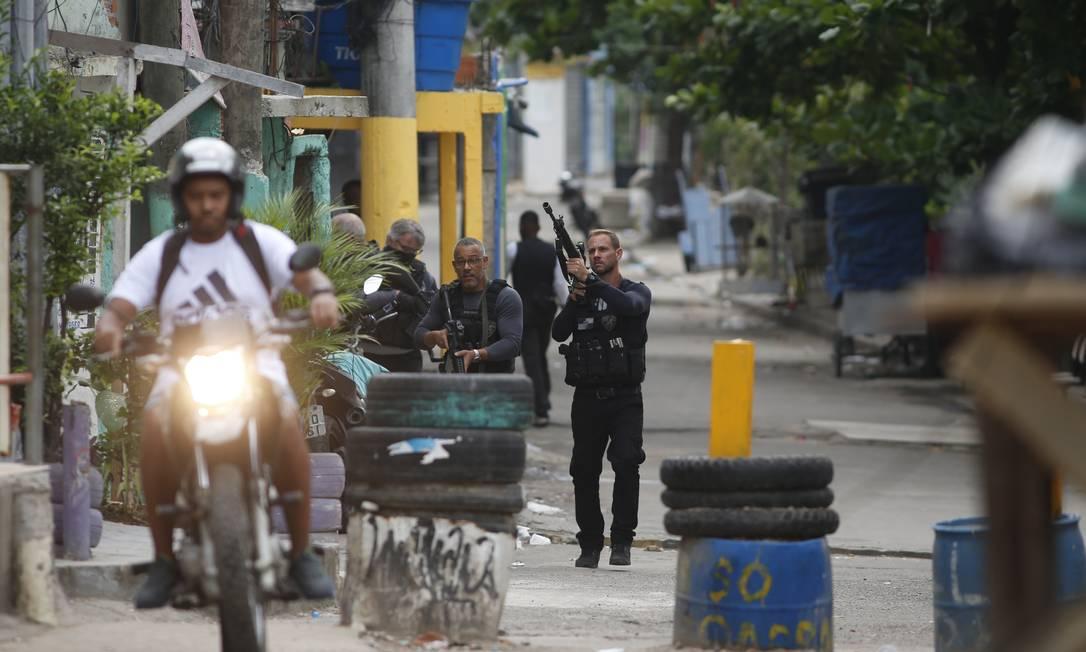 Polícia atua na comunidade do Jacarezinho depois de confronto Foto: Fabiano Rocha / Agência O Globo