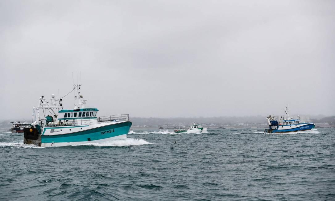 Barcos de pesca franceses retornam para casa após o protesto na ilha britânica de Jersey contra o que consideram restrições injustas implementadas após o Brexit Foto: SAMEER AL-DOUMY / AFP