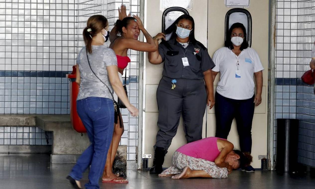 Familiares de pessoas feridas pelo tiroteio no metrô se desesperam na emergência do Hospital Salgado Filho, no Meier, Zona Norte do Rio Foto: Fabiano Rocha / Agência O Globo