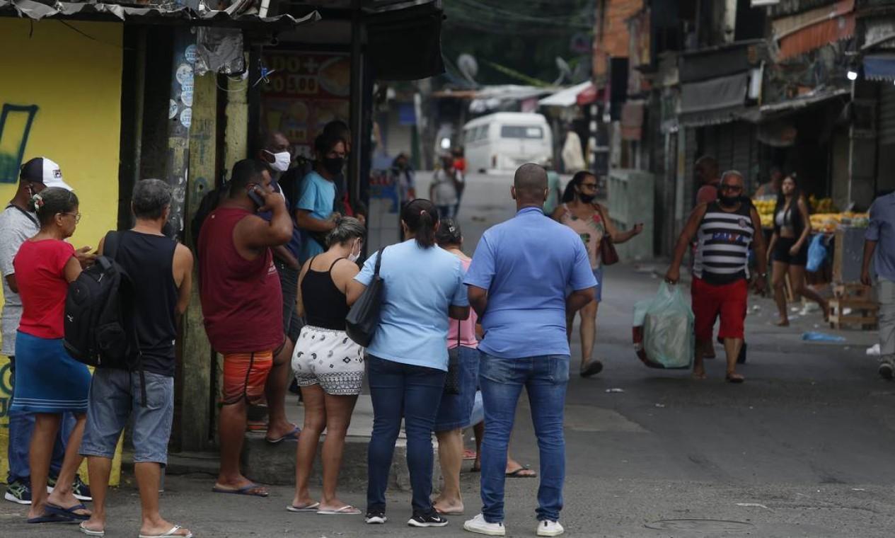 Moradores do Jacarezinho ficam deslocados durante operação policial Foto: Fabiano Rocha / Agência O Globo