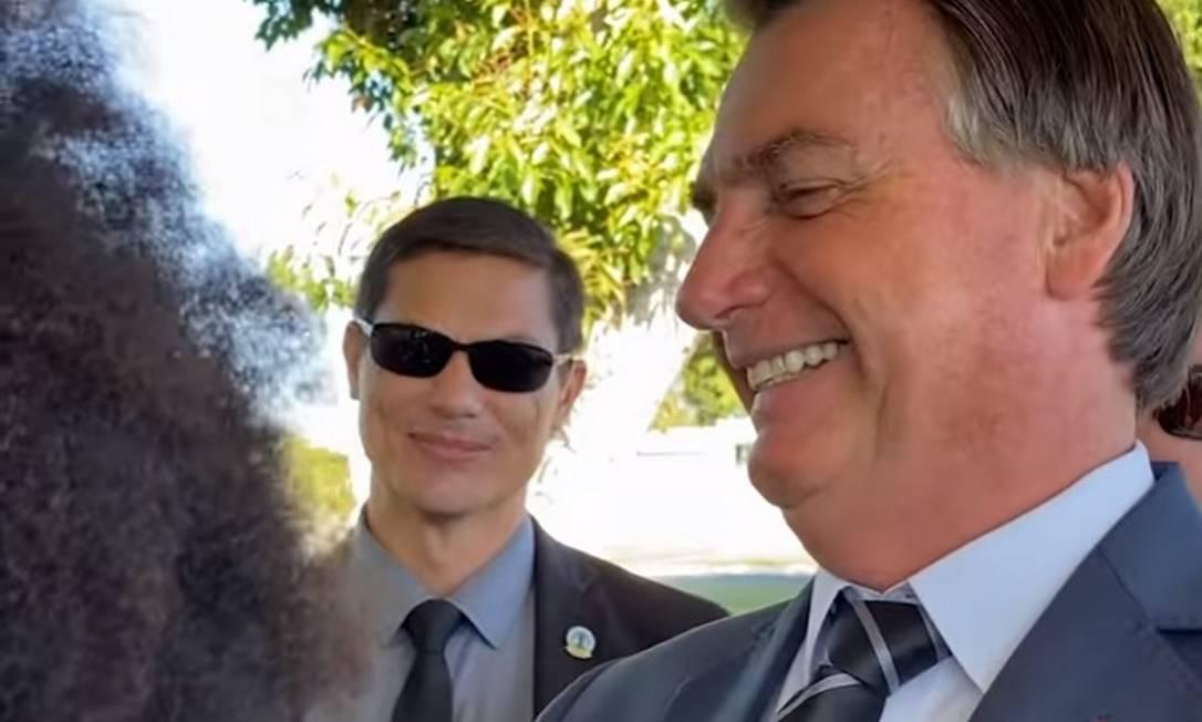 Bolsonaro zomba de cabelo black power de apoiador no Palácio da Alvorada