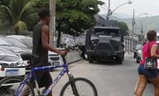 Policiais civis e militares estão na Favela do Jacarezinho desde a manhã em operação Foto: Fabiano Rocha / Agência O Globo