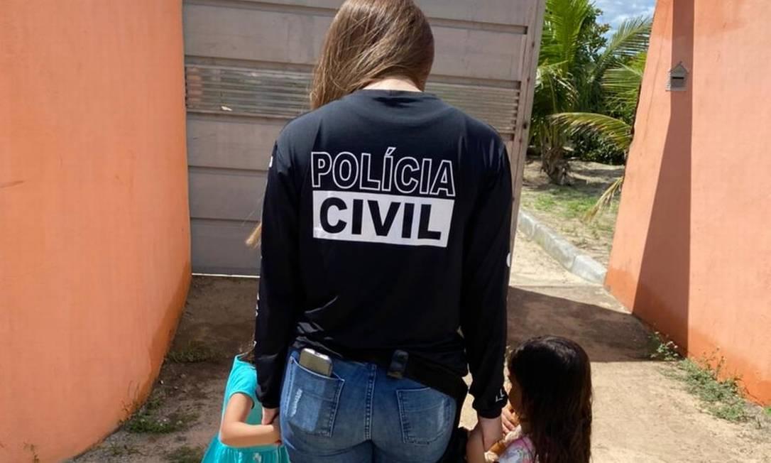 Polícia encontra duas crianças levadas pelo pai e mãe agradece nas redes sociais