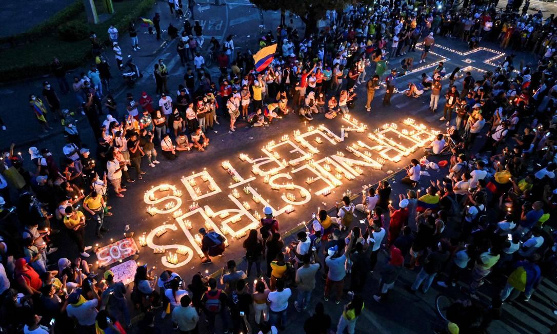 Manifestantes acendem velas pelos mortos em Cali, na Colômbia, no oitavo dia de protestos Foto: LUIS ROBAYO / AFP