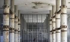 UFRJ, no Fundão, tem sinais de abondono: hall do pilotis do Centro de Tecnologia Foto: Márcia Foletto / Agência O Globo