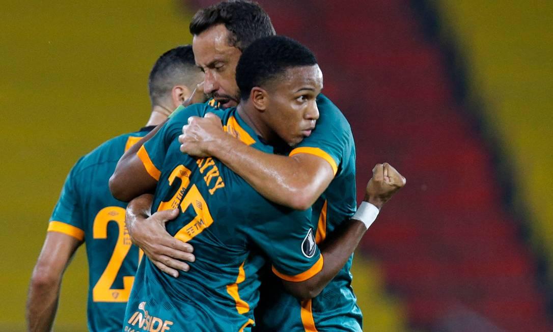 Kayky ganha o abraçoi de Nenê após o gol que garantiu o empate no Equador Foto: SANTIAGO ARCOS/AFP