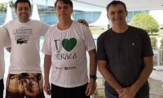 O prefeito de Miracatu (SP), Vinícius Brandão, o presidente Jair Bolsonaro e seu irmão Renato Bolsonaro em visita ao Palácio do Planalto Foto: Reprodução/ Instagram