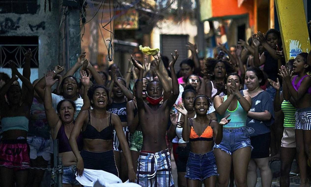 Moradores protestam após operação policial contra supostos traficantes de drogas na favela do Jacarezinho, no Rio de Janeiro, deixou mais de 20 mortos Foto: Mauro Pimentel / AFP