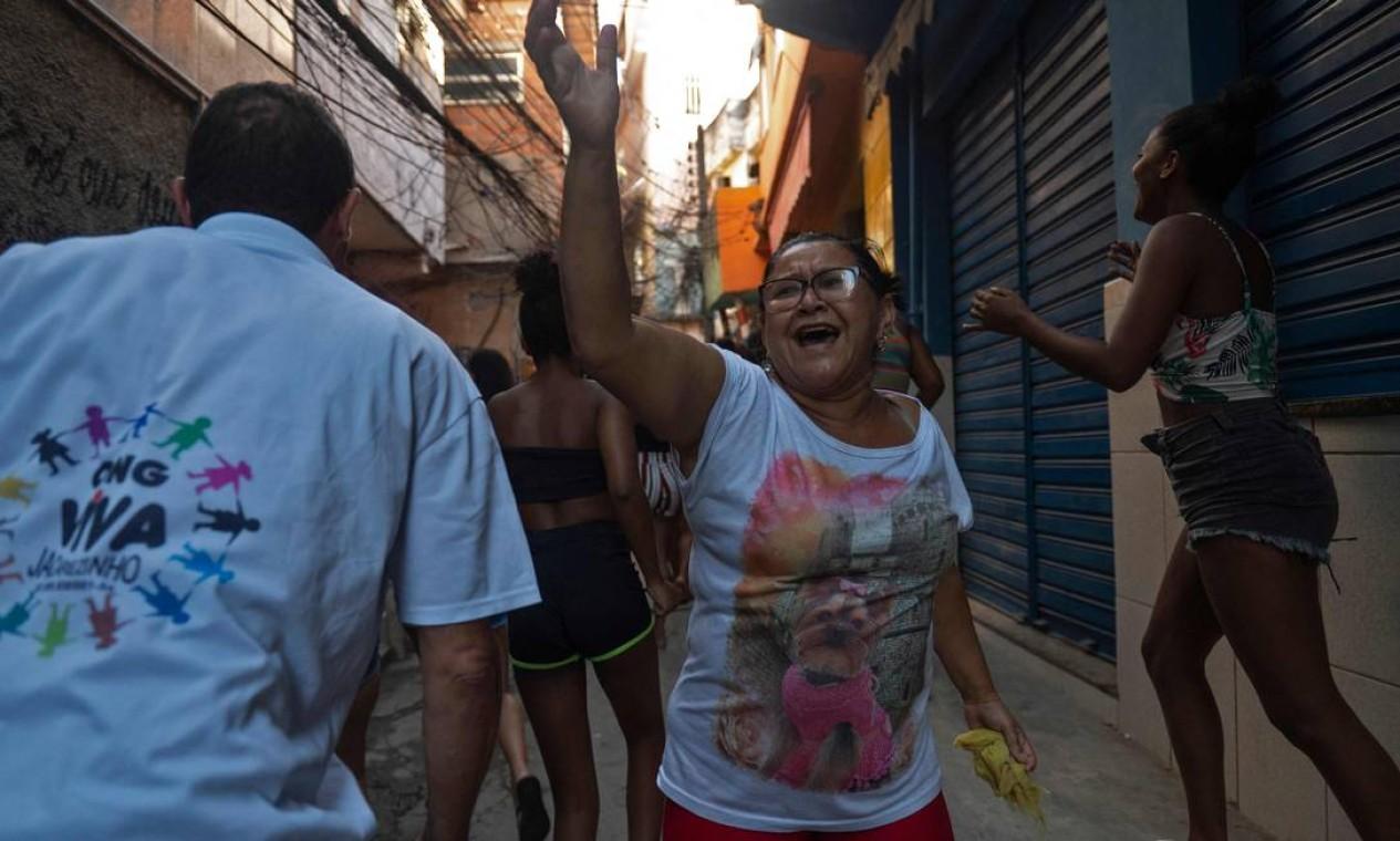 Mulheres protestam em vielas do Jacarezinho deopis de massacre cometido pela polícia durante operação contra traficantes de drogas Foto: Mauro Pimentel / AFP