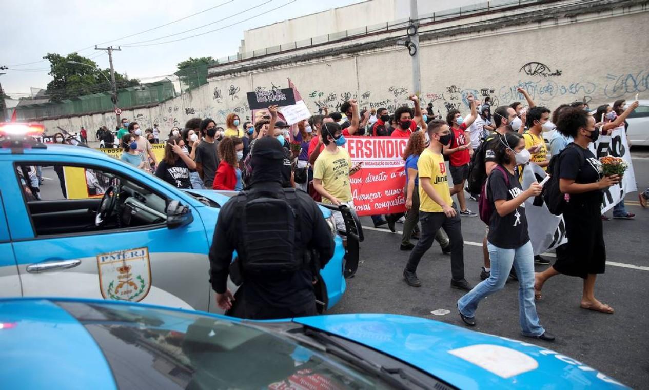 Pessoas protestam contra o desproporcional uso da força depois de operação da polícia deixar 25 mortos no Jacareziho Foto: Ricardo Moraes / REUTERS