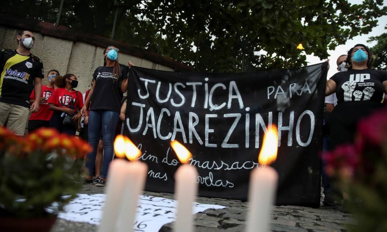 Roupa ensanguentada e poças de sangue são vistas à porta de casa no Jacarezinho Foto: Ricardo Moraes / Reuters