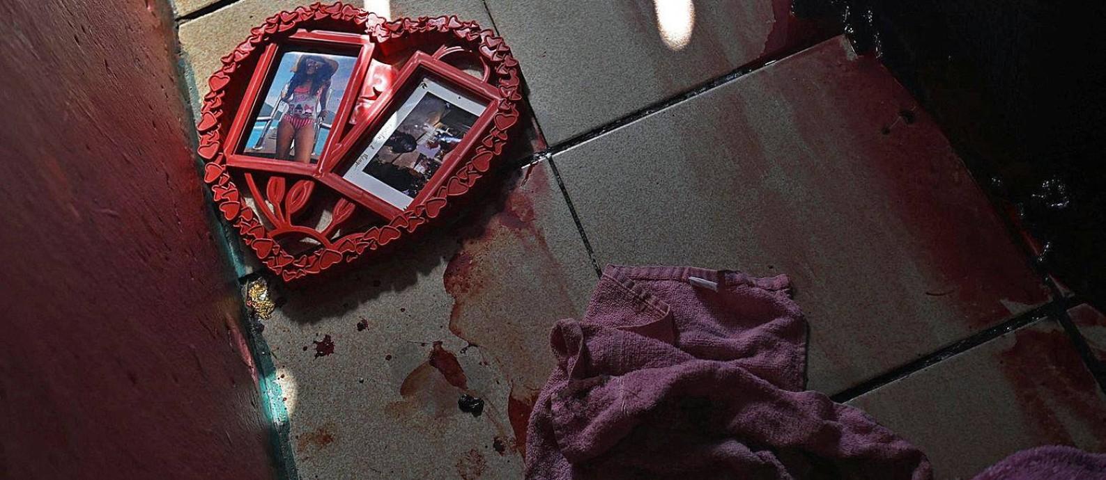 Poças de sangue coagulado no quarto de menina de 9 anos que testemunhou execução de suspeito Foto: Mauro Pimentel / AFP