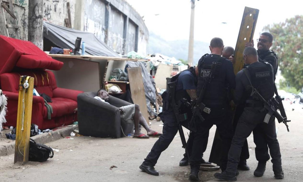 Policiais retiram barricada colocada por bandidos Foto: Fabiano Rocha / Agência O Globo