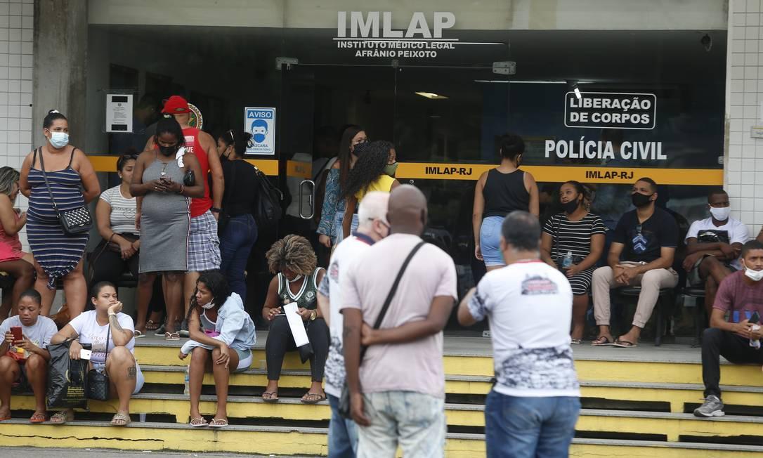 Famílias vão ao IML reconhecer corpos de vítimas de operação policial no Jacarezinho Foto: Fabiano Rocha / Agência O Globo
