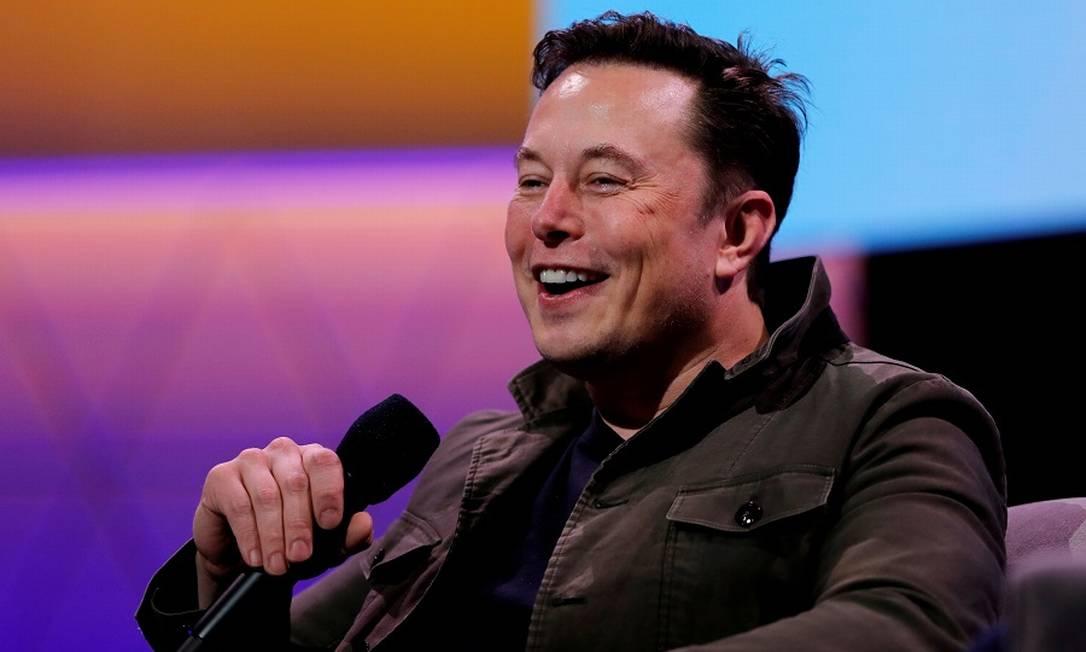 Elon Musk: fazendo graça com memes alheios Foto: MIKE BLAKE / REUTERS