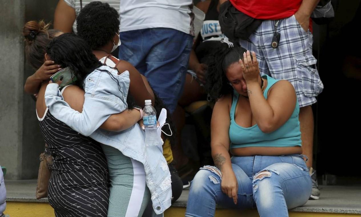 Familiares de vítimas do massacre no Jacarezinho choram diante do Instituto Médico Legal (IML), enquanto corpos são reconhecidos Foto: Fabiano Rocha / Agência O Globo