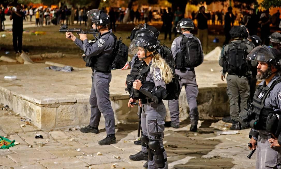 Policais israelenses durante confronto com manifestantes na Esplanada das Mesquitas, em Jerusalém Foto: AHMAD GHARABLI / AFP