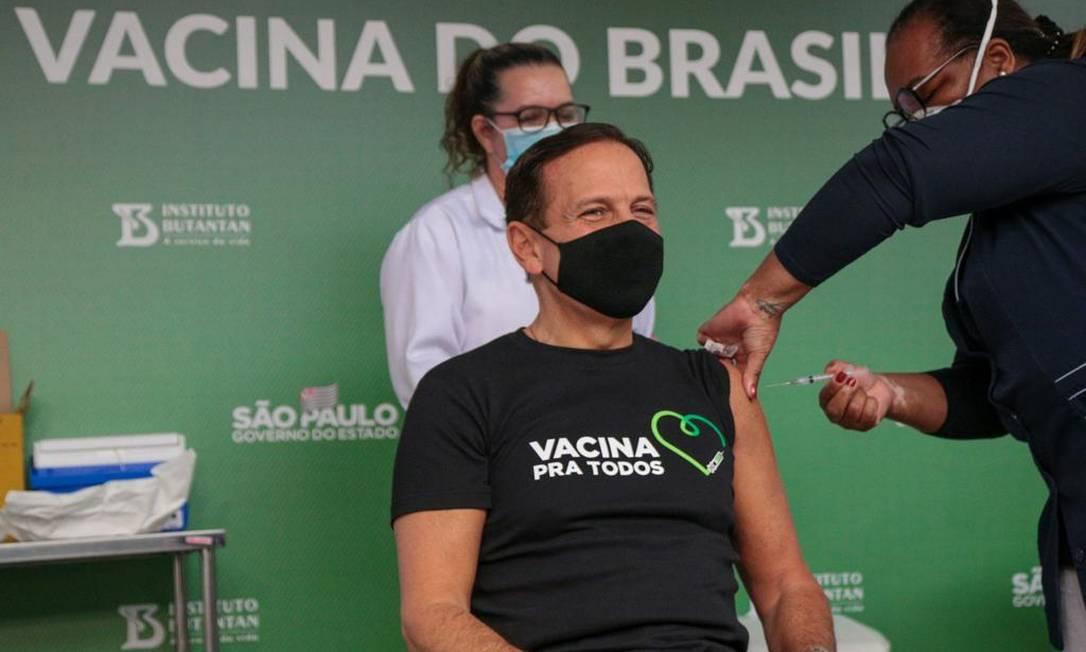 O governador de SP, João Doria, recebeu a primeira dose da Coronavac, aplicada pela enfermeira Monica Calazans, primeira vacinada no Brasil Foto: Divulgaçao