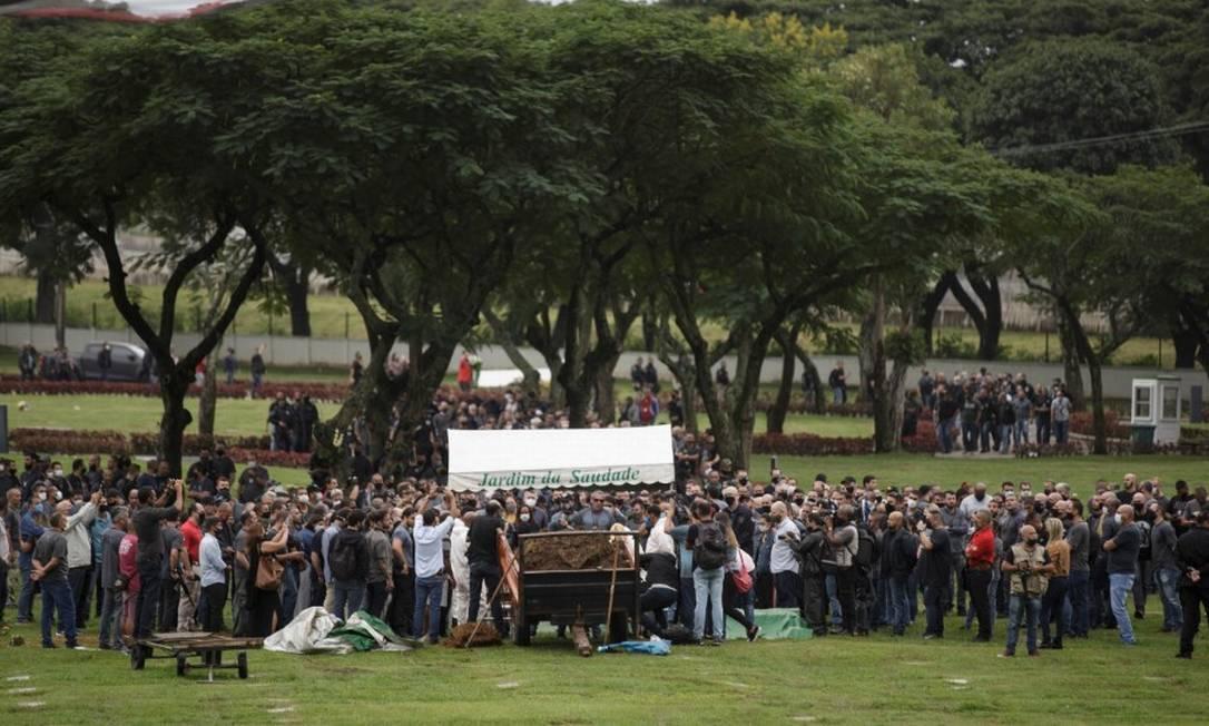 Policial morto em operação no Jacarezinho é sepultado no Jardim da Saudade,na Zona Oeste do Rio Foto: Alexandre Cassiano / Agência O Globo