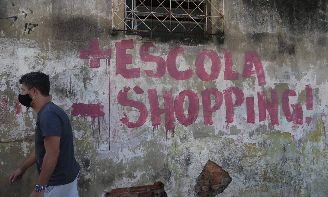 Muro pichado da Escola Municipal Alvaro Alberto, em Duque de Caxias, Baixada Fluminense Foto: Pedro Teixeira / Agência O Globo
