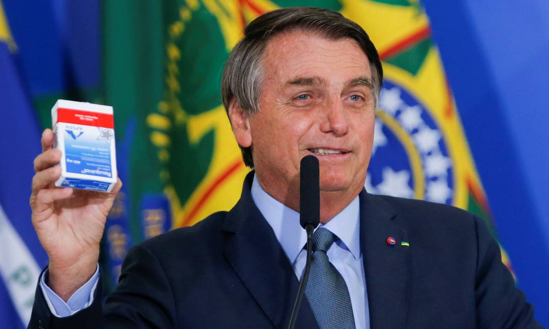 Bolsonaro com caixa de cloroquina na mão Foto: ADRIANO MACHADO / Reuters