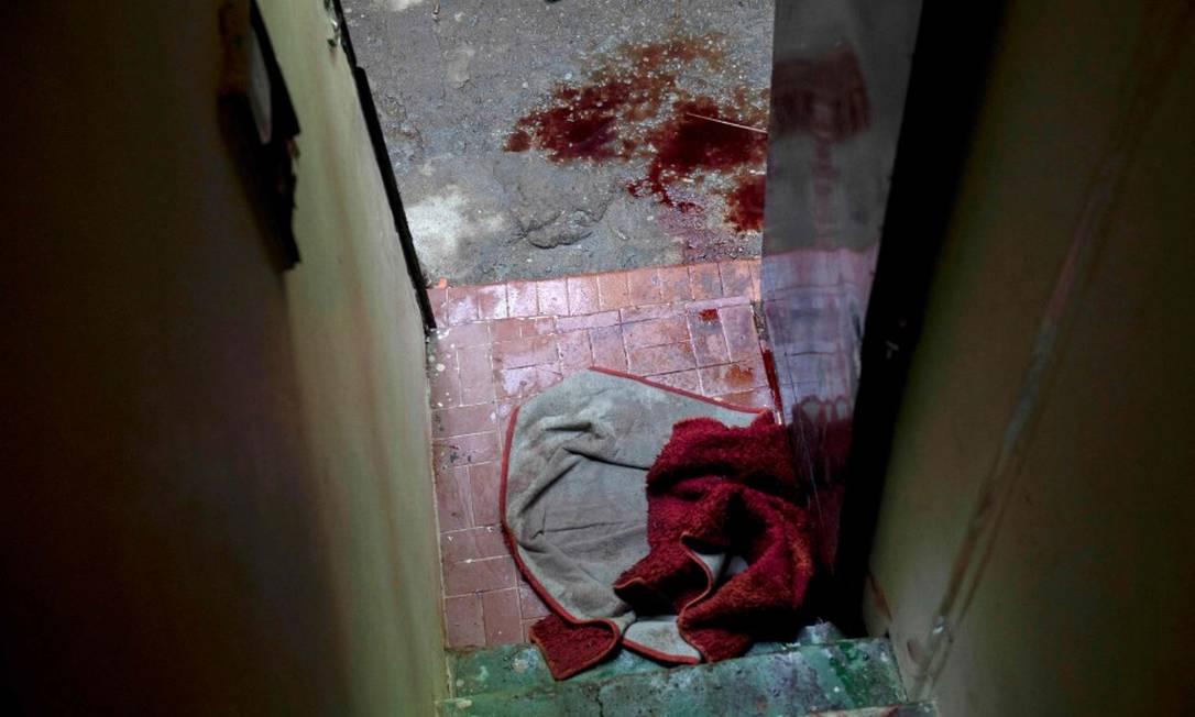 Chão coberto por sangue de morto no massacre do Jacarezinho: operação policial deixou mortos e feridos Foto: Mauro Pimentel / AFP