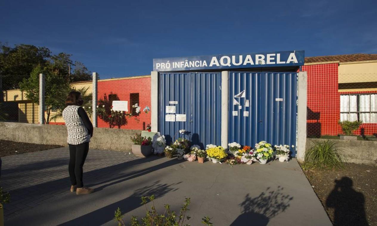 Flores, fotos e mensagens foram colocadas na entrada da escola infantil Aquarela, onde um jovem armado com faca matou cinco pessoas, na pequena cidade de Saudades (SC) Foto: Edilson Dantas / Agência O Globo