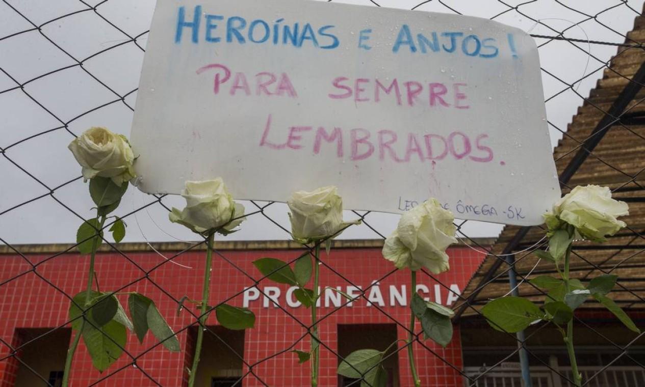 Cartaz homenageia as duas professoras que morreram defendendo as crianças do agressor Foto: Edilson Dantas / Agência O Globo