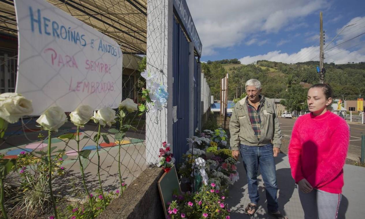 O aposentado Ailton Biazebetti e a filha Aline, que também trabalha na creche, ajudaram a salvar bebê ferido Foto: Edilson Dantas / Agência O Globo