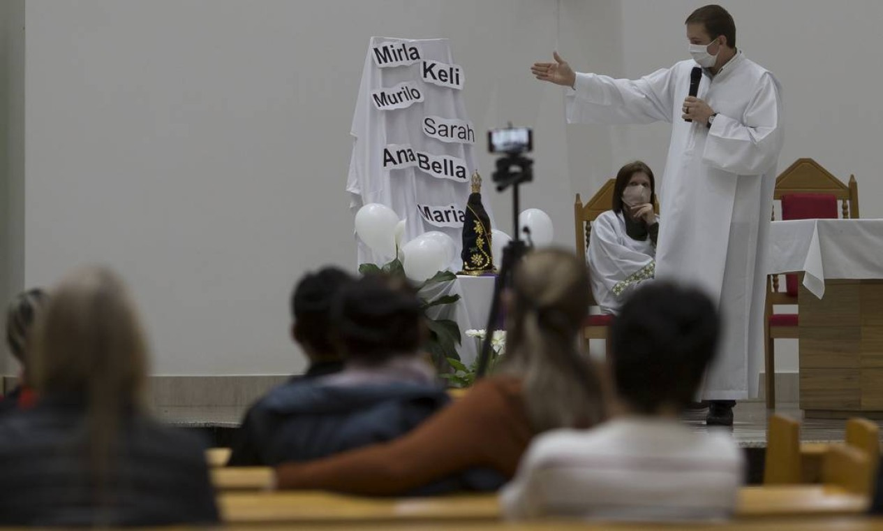 Moradores de Saudades participam de missa em homenagem às vítimas do atentado: nomes das crianças e professoras foram colocados no altar Foto: Edilson Dantas / Agência O Globo