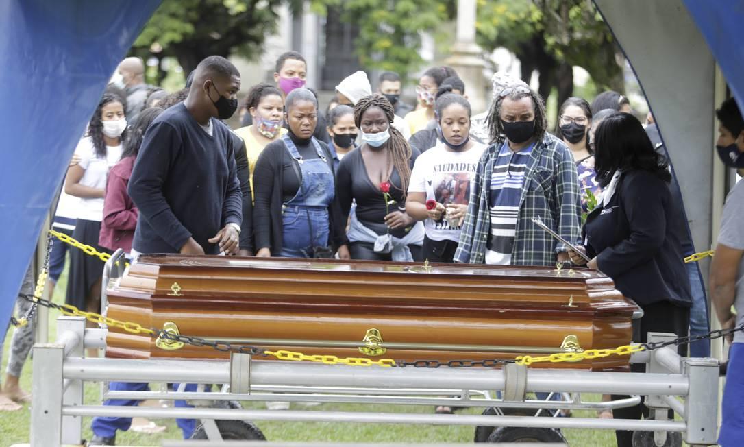 Família enterra Natan Oliveira de Almeida no Cemitério na Penitência, no Caju Foto: Domingos Peixoto / Agência O Globo