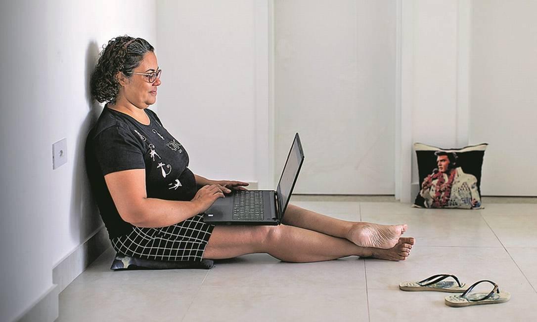 A operadora de telemarketing Adriana Evangelista, de 47 anos, descobriu no periodo em que ficou desempregada, há 3 anos, os aplicativos de recompensa Foto: Edilson Dantas