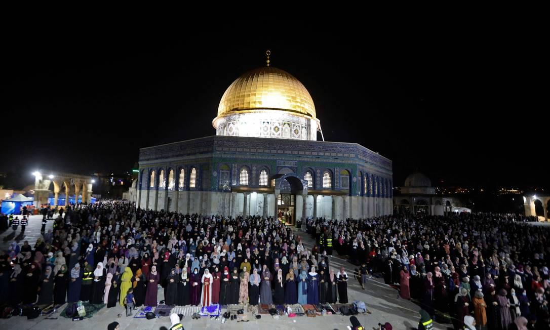 Muçulmanos palestinos oram na Esplanada das Mesquitas para celebrar a Laylat al-Qadr, a Noite do Destino Foto: AHMAD GHARABLI / AFP