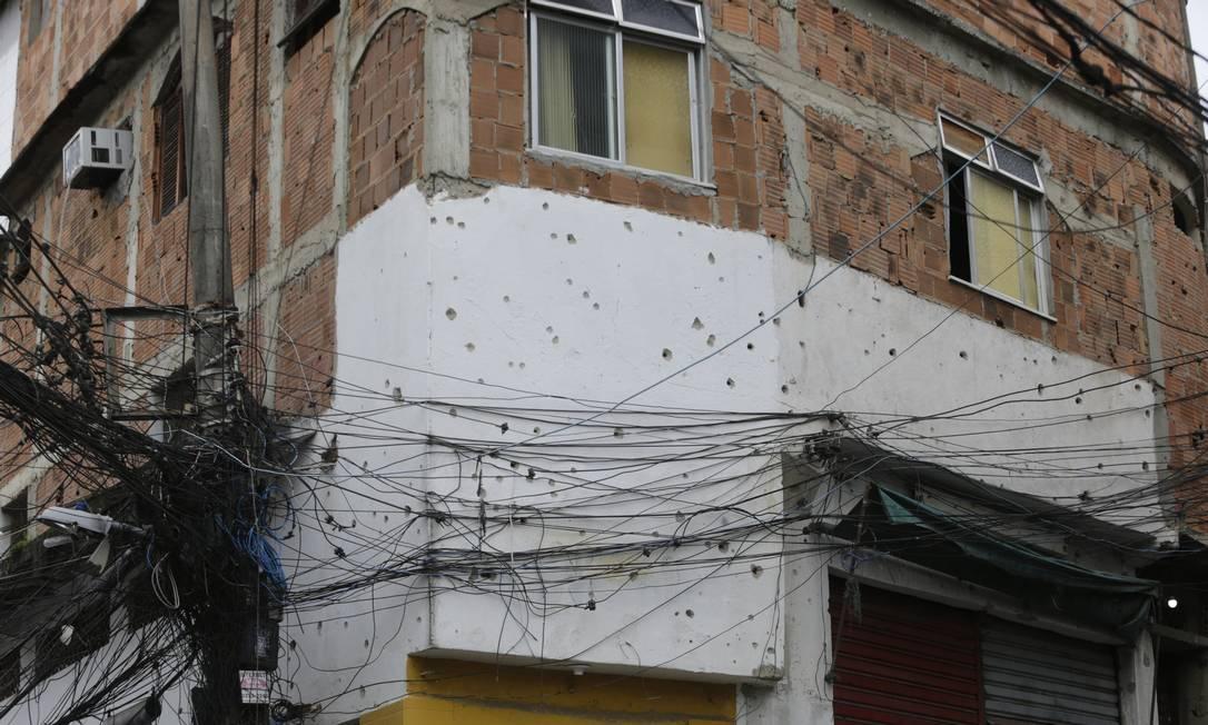 Jacarezinho: Marcas de tiro por toda parte Foto: Domingos Peixoto / Agência O Globo