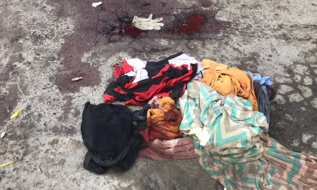 Marcas da violência ficaram pelas ruas da Favela do Jacarezinho, com sangue no chão e roupas e utensílios espalhados Foto: Rio de Paz / Divulgação