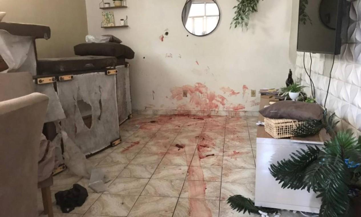 Rastro de sangue na sala de uma das casas do Jacarezinho onde foi registrado um homicídio Foto: Rio de Paz / Divulgação
