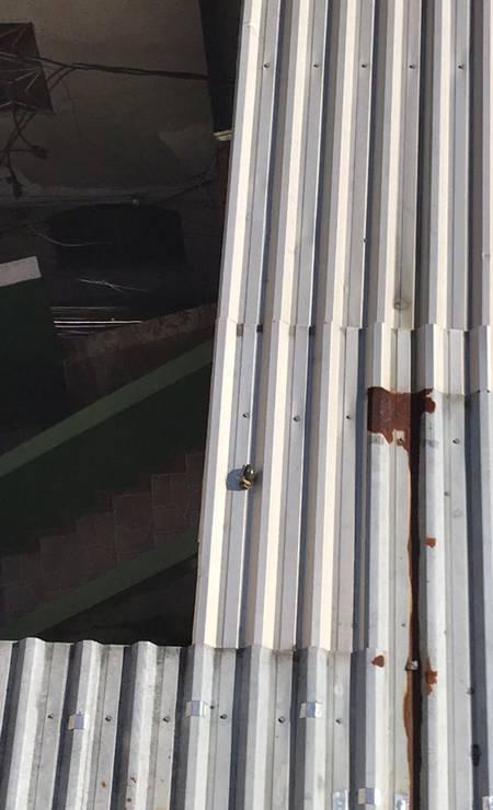 No telhado de uma das casas, marcas de balas de arma de fogo e de sangue Foto: Rio de Paz / Divulgação