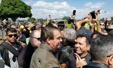 O presidente Jair Bolsonaro cumprimenta apoiadores após passeio de moto em Brasília Foto: Reprodução/Facebook Jair Bolsonaro