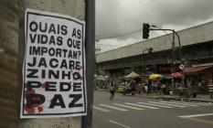 Cartaz colado na entrada da favela do Jacarezinho pede paz Foto: Márcia Foletto / Agência O Globo