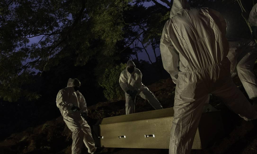 Sepultamento de vítima de Covid-19 no Cemitério de Vila Formosa, em SP Foto: Bruno Rocha/Agência Enquadrar/Agência O Globo