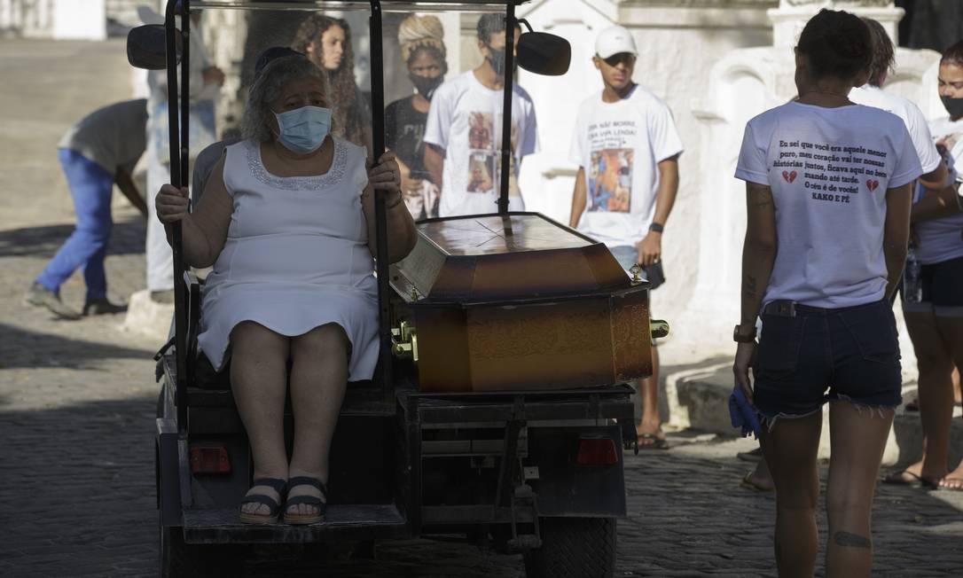 Avó de Isaac Pinheiro de Oliveira, Regina Célia acompanhou o enterro do neto que havia criado após a morte da mãe Foto: Márcia Foletto