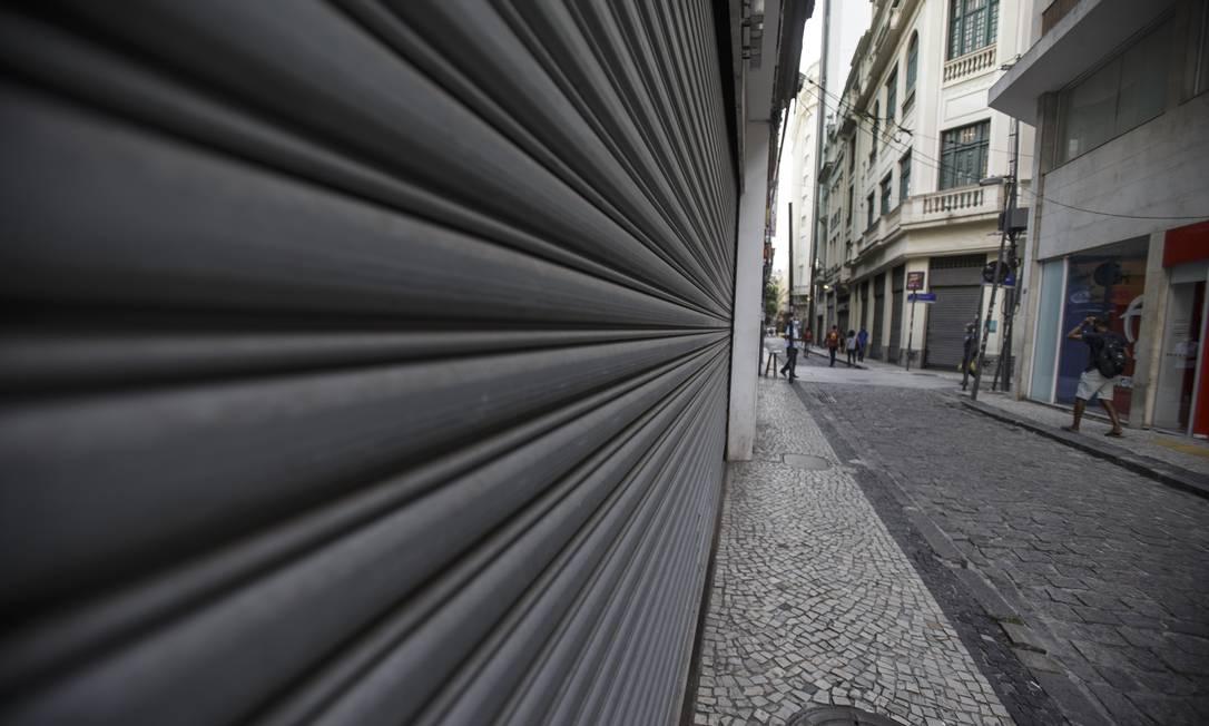 Centro do Rio de Janeiro vazio, com lojas fechadas Foto: Alexandre Cassiano / Agência O Globo