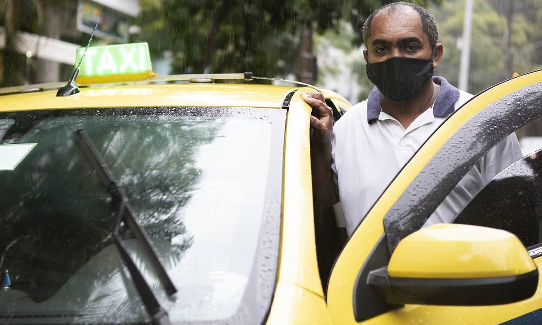 Amadeu Augusto é taxista e reclama da multa que recebeu por embarcar passageiro em supermercado Foto: Luiza Moraes