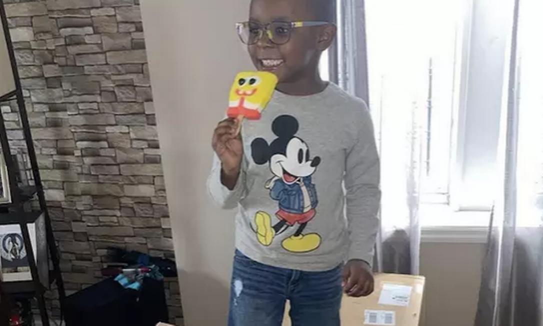 Noah, de 4 anos, saboreia seu picolé do Bob Esponja sobre as caixas do produto entregues pela Amazon Foto: Reprodução da internet/Arquivo pessoal