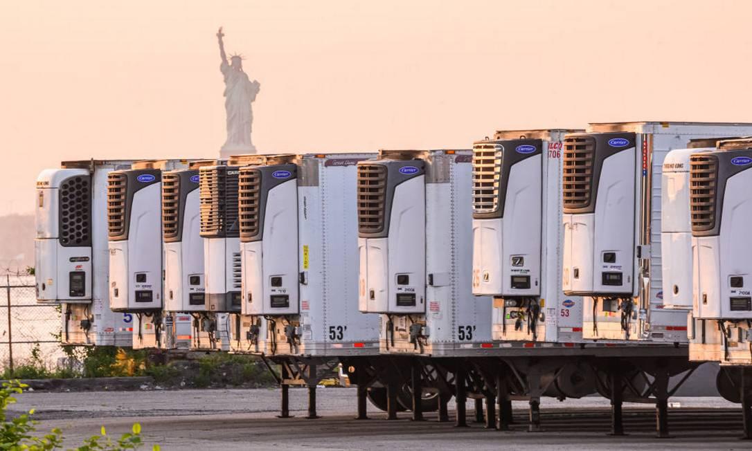 Centenas de corpos estão armazenados dentro de caminhões frigoríficos estacionados na orla de Brooklyn, em Nova Iorque (Photo by Noam Galai/Getty Images) Foto: Noam Galai / Getty Images