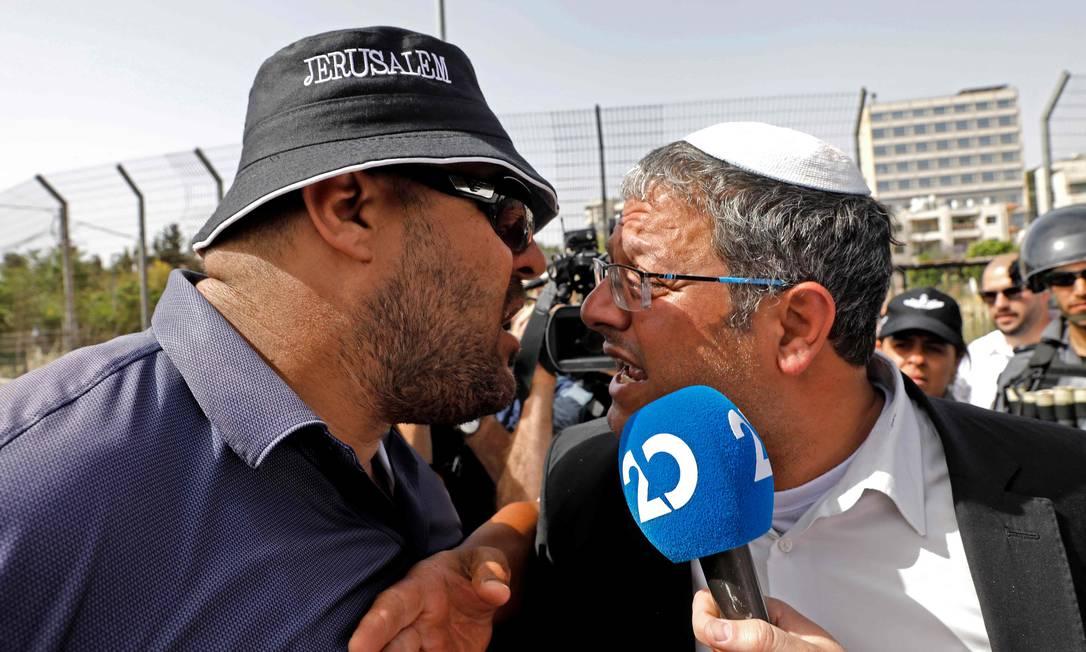 Homem palestino (E) discute com deputado Itamar Ben-Gvir, do partido Poder Judaico, de extrema direita, durante marcha em Sheikh Jarrah Foto: GIL COHEN-MAGEN / AFP