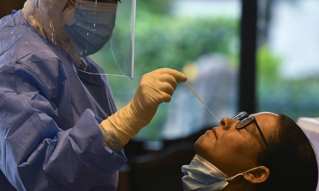 Pesquisa indica que enquanto perda de olfato durar, o vírus pode estar presente na cavidade nasal Foto: PRAKASH MATHEMA / AFP